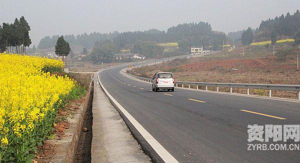 高速公路、县域骨干道路加快推进,县乡村道加快成网近年来,安岳县突出交通基础设施建设,坚持变交通节点为交通枢纽,攻坚克难,加速构建成渝中部区域性次级交通枢纽,联结双核、承接成渝的交通区位优势正逐步凸显,县内半小时、成渝1小时快速交通路网正加快构建。 变节点为枢纽 --安岳县加速构建成渝中部区域性次级交通枢纽   内部微血管逐步完善   以前这条路是一条泥巴机耕路,晴天汽车还可以勉强过,遇到下雨天就过不了了;现在变成水泥路安逸了,上街不是坐摩托车就是骑三轮车,想到哪里就到哪